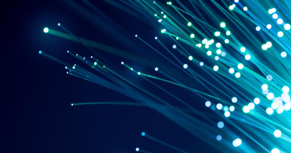Dlaczego internet światłowodowy jest lepszy od zwykłego kablowego?
